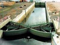 судоходные затворы защитной дамбы